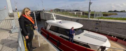 Passerende boten in de Reevesluis krijgen een presentje