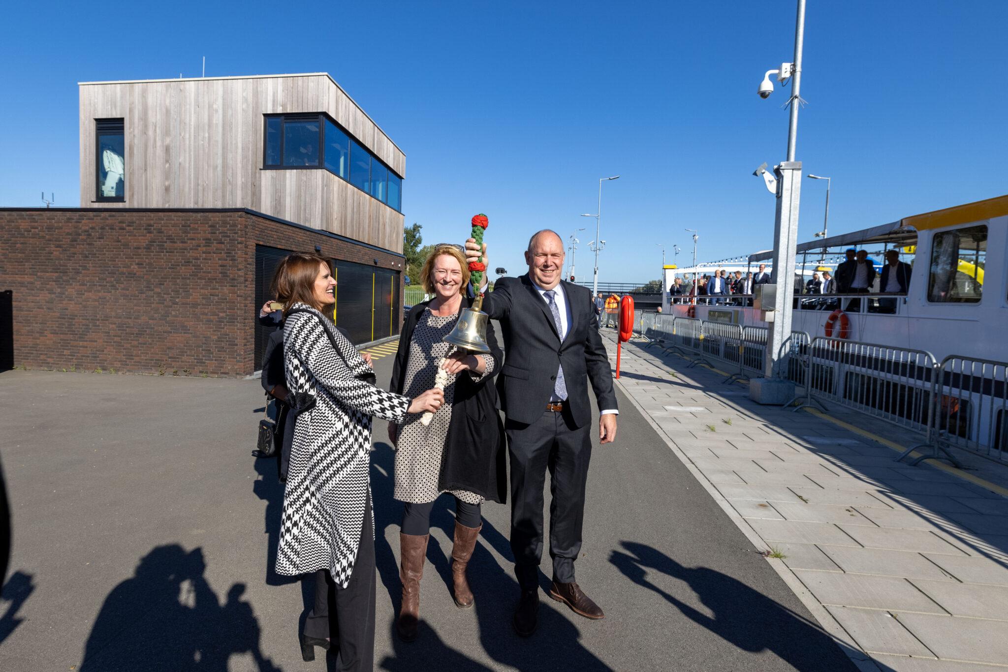 Openingshandeling Reevesluis door minister Barbara Visser